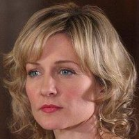 Linda Reagan played by Amy Carlson