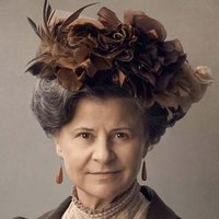 Aunt Juleyplayed by Tracey Ullman