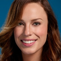 Theresa Kelly played by Jessica McNamee
