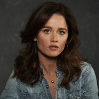 Maya Travis played by Robin Tunney Image