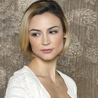 Elaine Richards played by Samaire Armstrong