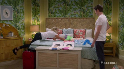 Young & Hungry - 04x01 Young & Hawaii