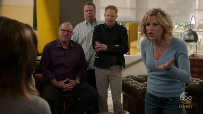 Modern Family - 08x17 Pig Moon Rising