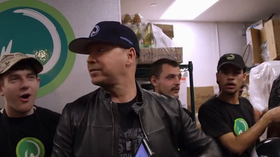 Wahlburgers - 08x04 Weiner Takes All Screenshot