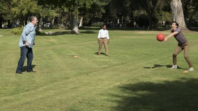 Modern Family - 09x04 Sex, Lies & Kickball Screenshot
