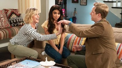 Modern Family - 10x04 Torn Between Two Lovers Screenshot