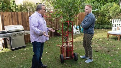 Modern Family - 10x09 The Tree of Strife Screenshot