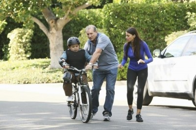 Modern Family - 02x11 Slow Down Your Neighbors