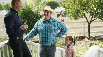 Modern Family - 05x08 ClosetCon '13