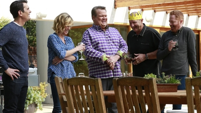 Modern Family - 06x19 Grill, Interrupted