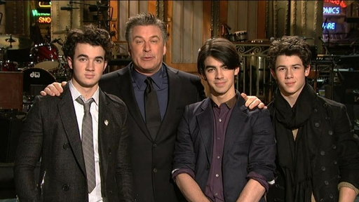 S34E17 Promo: Alec Baldwin and The Jonas Brothers