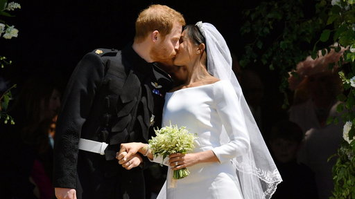 S0E0 See Prince Harry and Meghan's kiss on the chapel steps