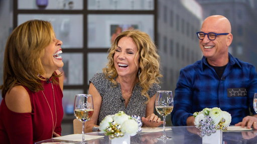 S0E0 Howie Mandel gives KLG and Hoda a peek into his cell phone